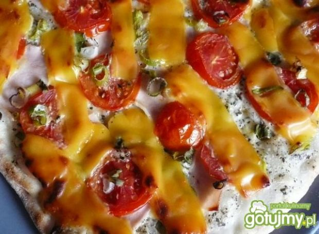 Pizza z sosem śmietanowym i ziołami