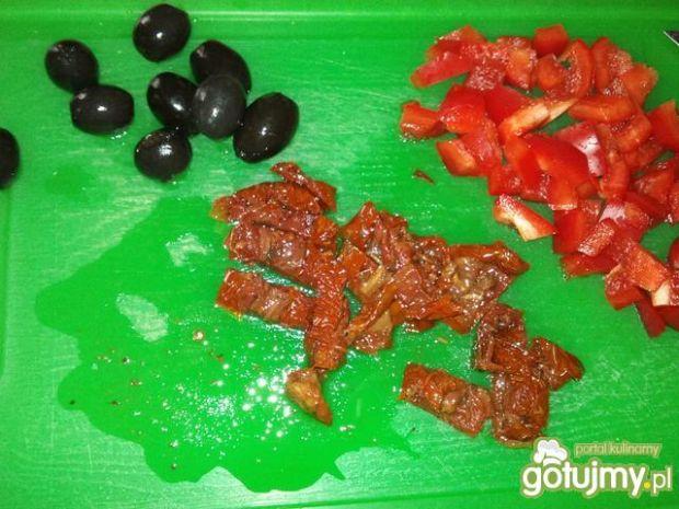 Pizza z suszonymi pomidorami i oliwkami