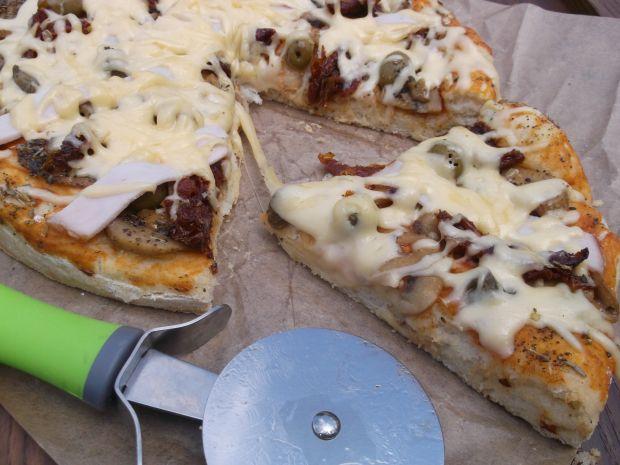 Pizza z suszonymi pomidorami, kaparami i oliwkami