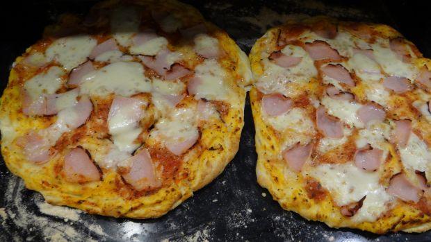 Pizza z szynką i mozzarellą