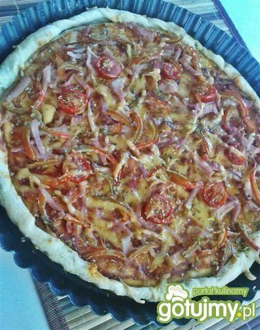 Pizza z szynką i papryką na cienkim