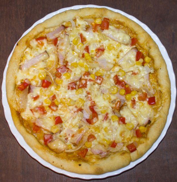 Pizza z szynką, kukurydzą, cebulą i papryką