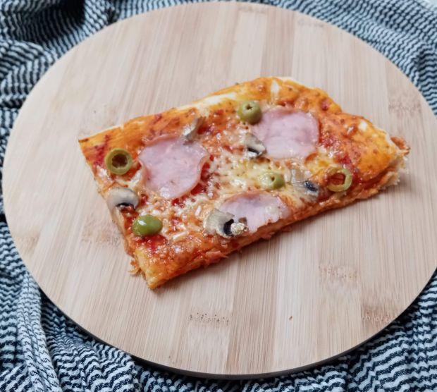 Pizza z szynką kurczakiem i oliwkami