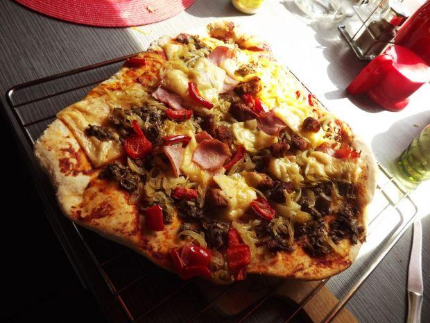 pizza z szynką, papryką, cebulą i pieczarkami