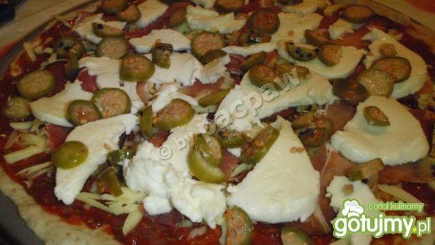 Pizza z szynką szwarcwaldzką i owocami