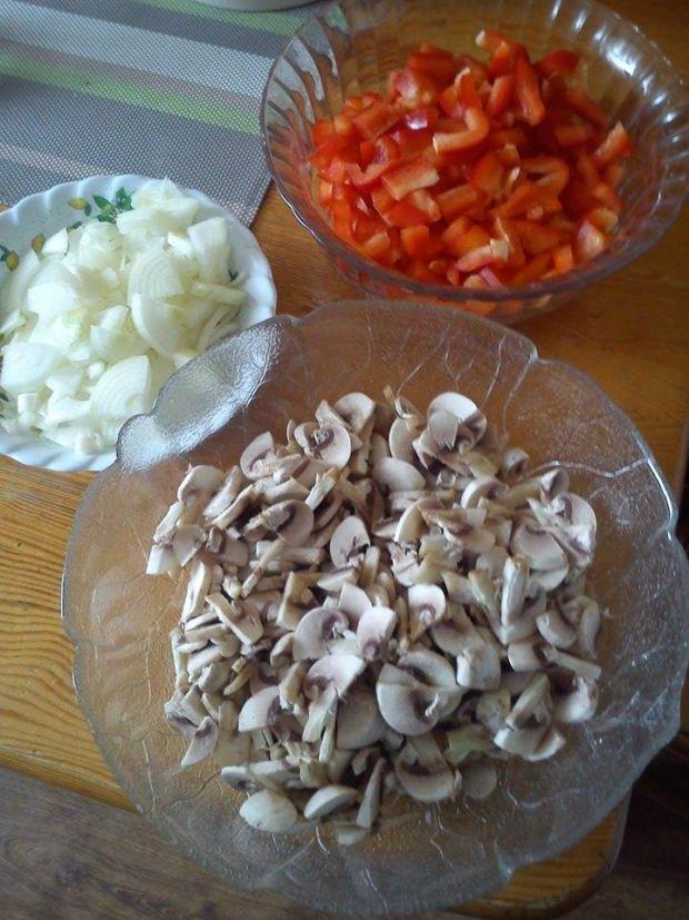Pizza z tuńczykiem i warzywami