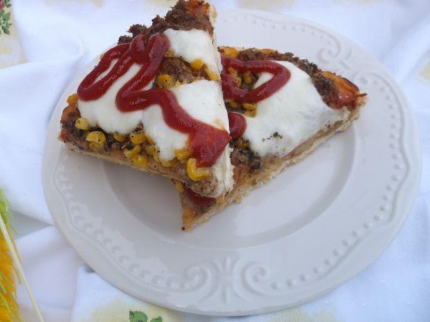Pizza z tuńczykiem, kukurydzą i serem mozzarella