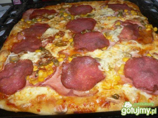Pizza z wędliną i zielonymi oliwkami