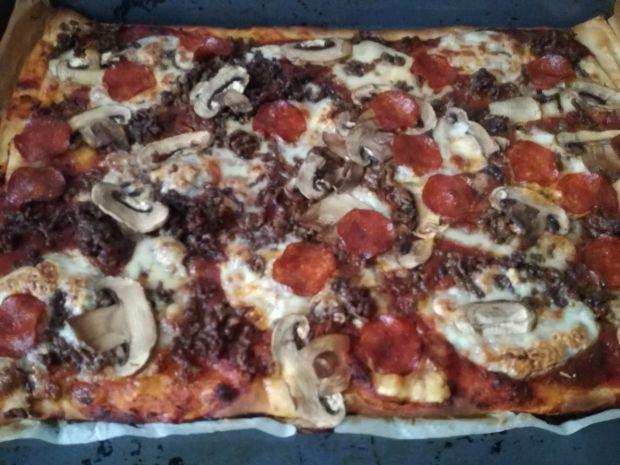 Pizza ze świeżym szpinakiem i wędzonym serem
