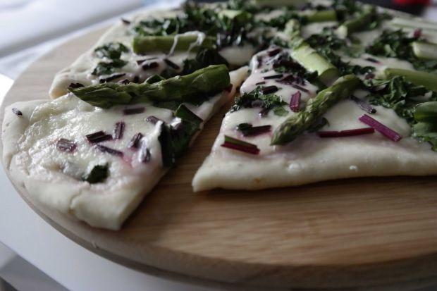 Pizza ze szparagami i boćwiną