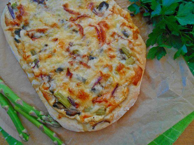 Pizza ze szparagami i trzema serami