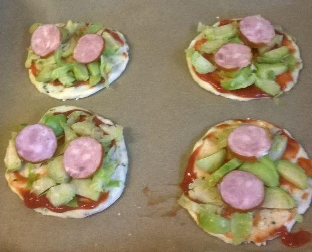 Pizzerinki z brukselką, żółtą papryką i kiełbasą
