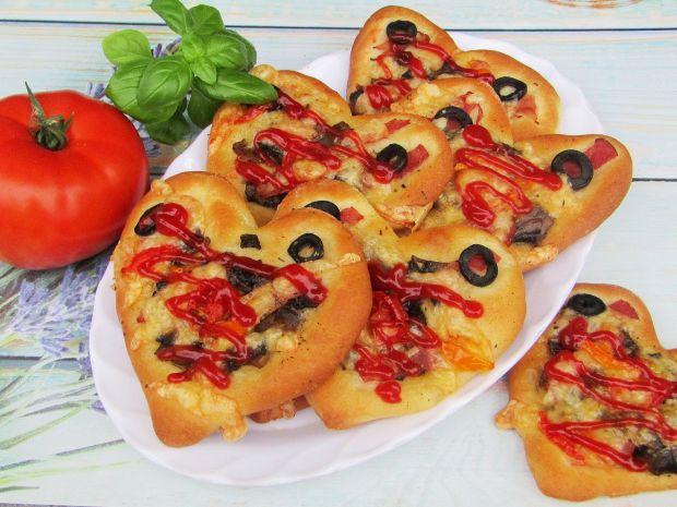 Pizzerinki z pieczarkami, szynką i oliwkami