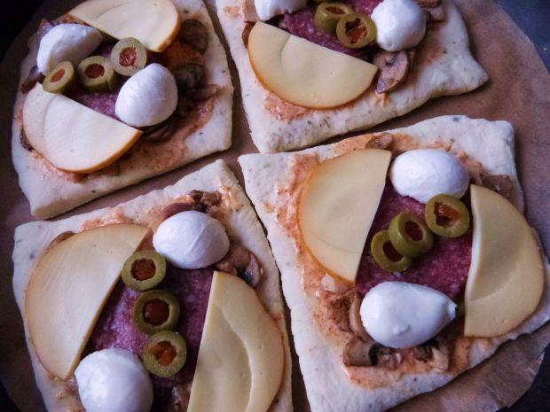 Pizzerinki z sosem czosnkowym