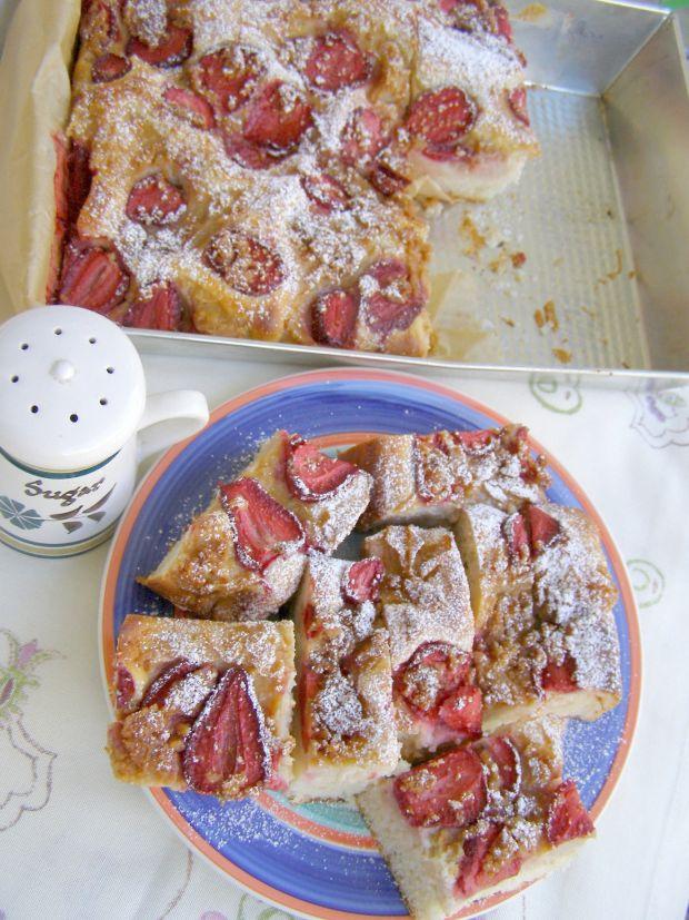 Placek drożdżowy z migdałami i truskawkami