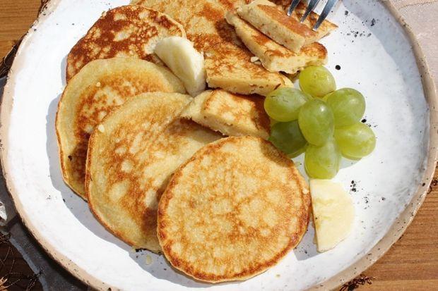Placki z bananem, masłem orzechowym i kaszą manną