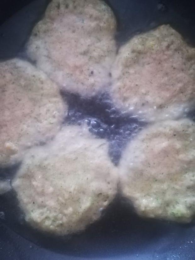 Placki ziemniaczane z cukinią i brokułami