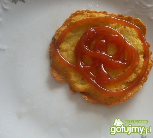Placki ziemniaczane polane ketchupem