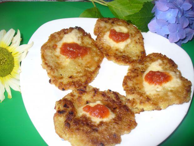 Placki ziemniaczane z ketchupem i serem żółtym
