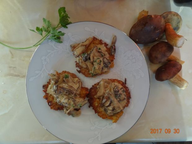 Placki ziemniaczane z sosem z grzybów leśnych