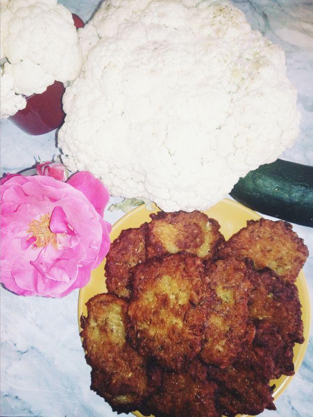 Placki ziemniaczane z tartą cukinią i kalafiorem.