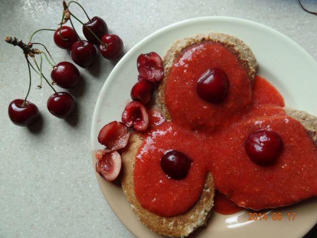 Placuszki drożdżowe z sosem czereśniowo-truskawkow