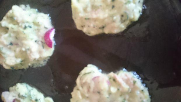 Placuszki z cukinii z tuńczykiem i rzodkiewką