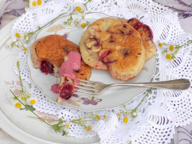 Placuszki z wiśniami i sosem jogurtowym
