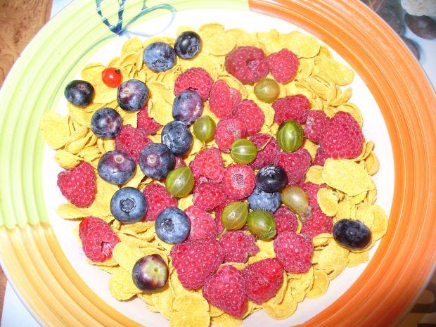 Płatki kukurydziane z owocami