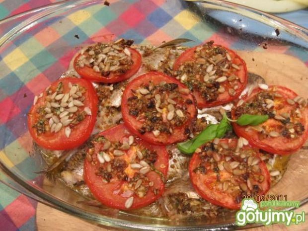 Płoć z pomidorami i bazyliowym pesto