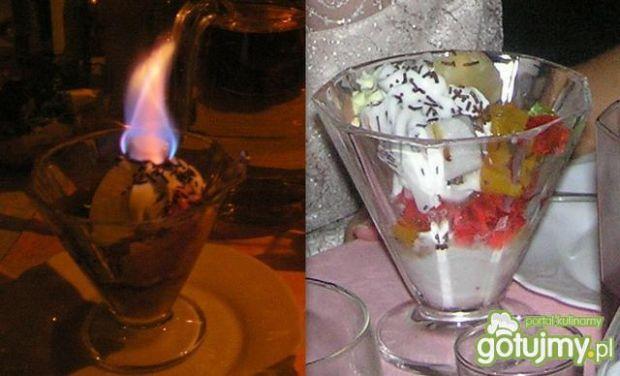 Płonace lody z galaretka, owocami i smie