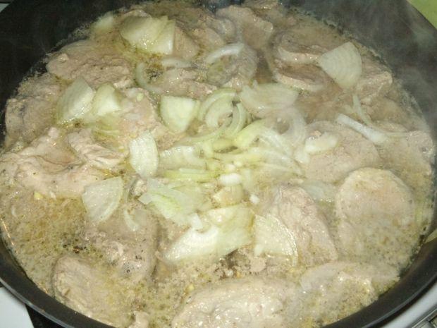 Polędwiczki w sosie cebulowym