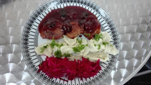 Polędwiczki w sosie wiśniowym z kluseczkami