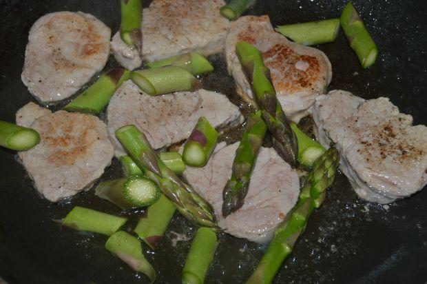 Polędwiczki z makaronem i szparagami w sosie