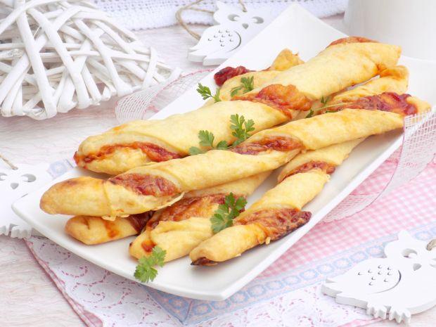 Półfrancuskie paluchy z serem żółtym i ketchupem