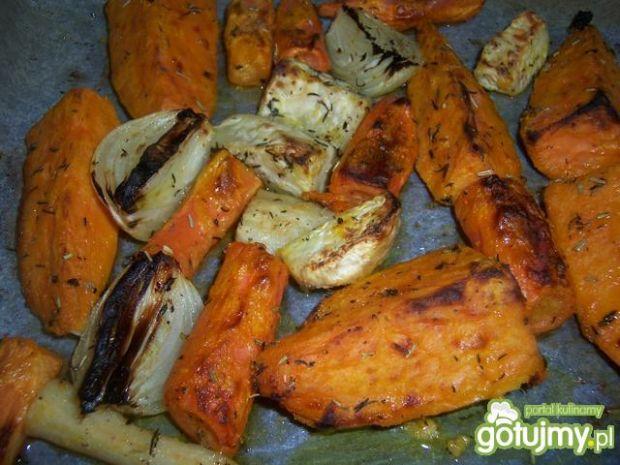 Pomarańczowo-białe pieczone warzywa