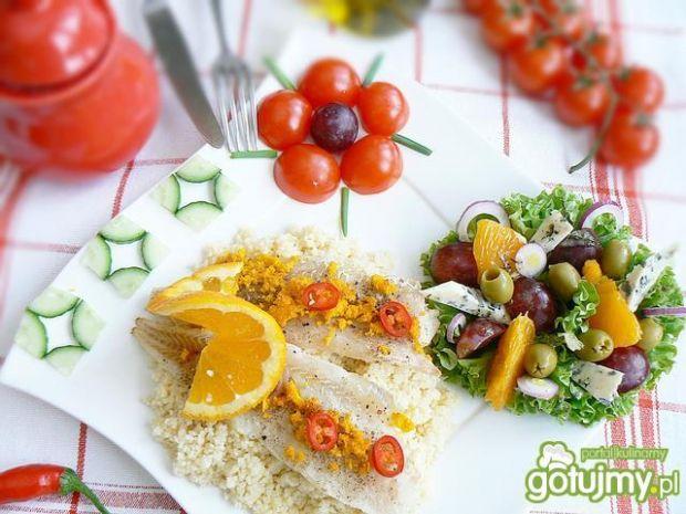 Pomarańczowy kuskus i mintaj z sałatą