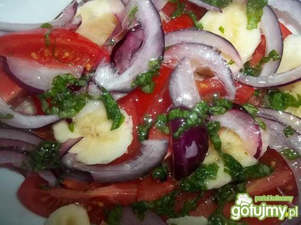 Pomidorowa sałatka z bananem
