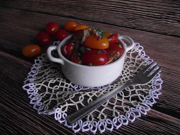 Pomidorowa sałatka z czosnkiem