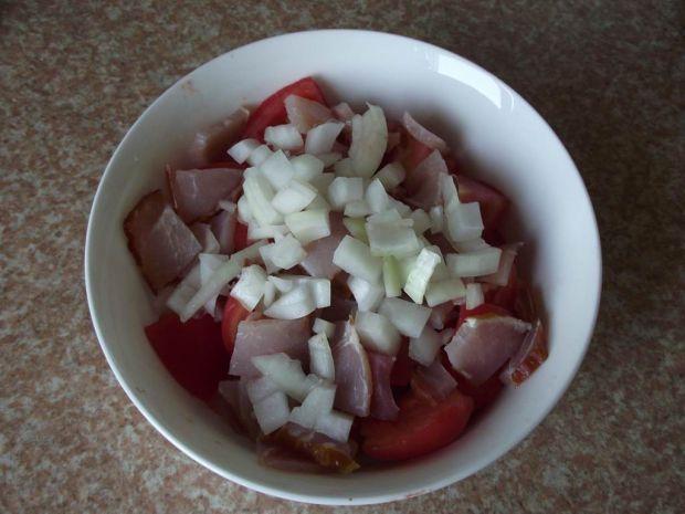 Pomidorowa sałatka z polędwicą i serkiem