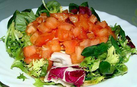 Pomidorowa salsa w objęciach sałaty