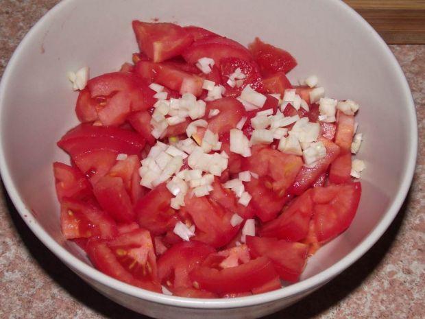 Pomidorowa surówka z czosnkiem i oliwkami