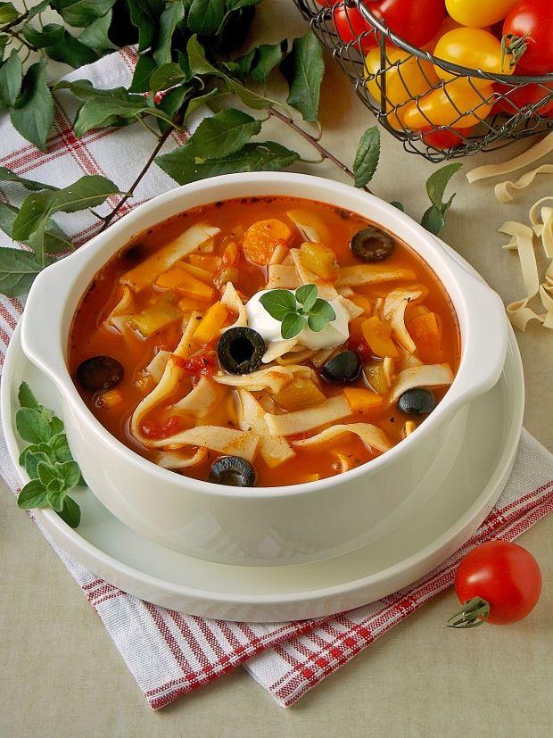 Pomidorowa zupa z bakłażanem, oliwkami i makaronem