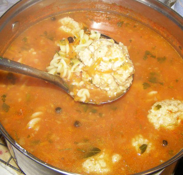 Pomidorowa zupa z pulpetami, makaronem,parmezanem