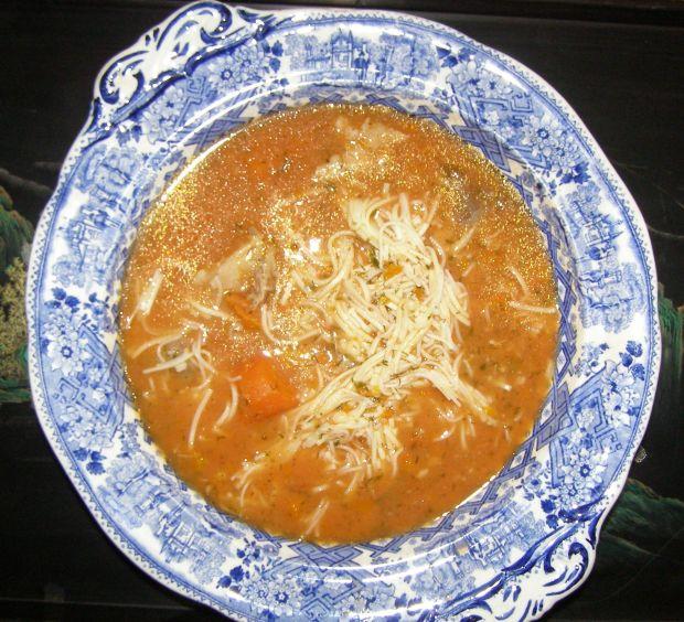 Pomidorowa zupa z soku pomidorowego.