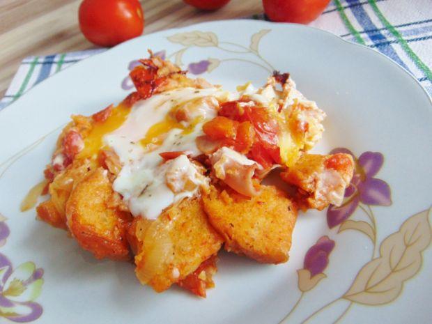 Pomidorowe śniadanko z grzankami i jajkiem