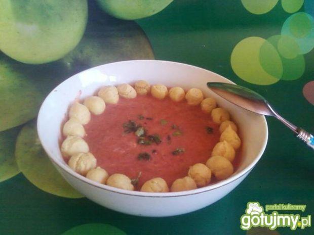 Pomidorowy krem z groszkiem ptysiowym.