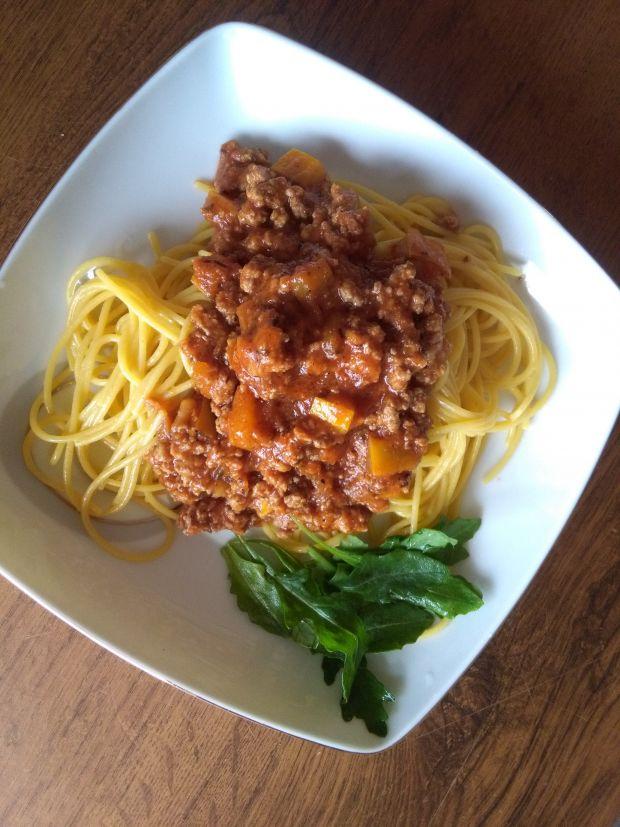 Pomidorowy  sos do makaronu  z mięsem i  cukinią