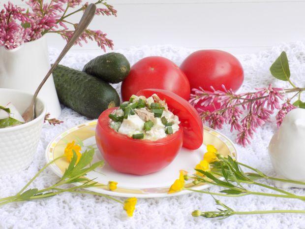 Pomidory faszerowane wiosenną sałatką z tuńczykiem