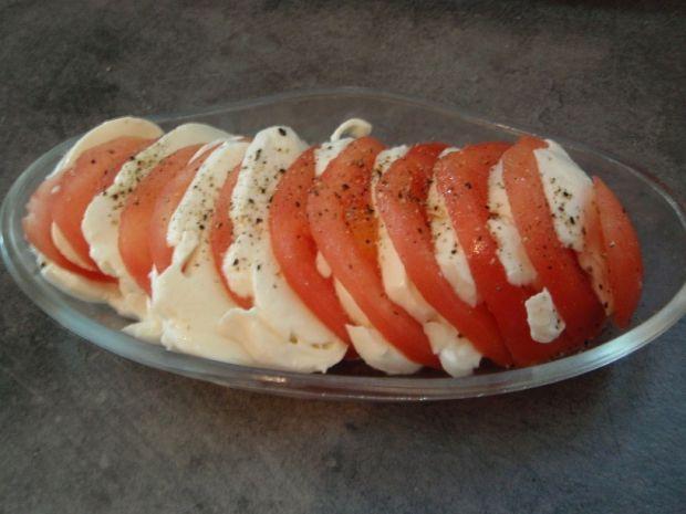 Pomidory z mozzarellą i sosem czosnkowym